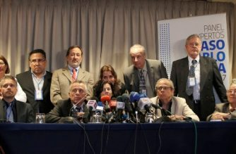 A panel of forensic experts who examined the mortal remains of Chilean poet Pablo Neruda to determine his cause of death, are pictured during a press conference in Santiago, October 20,2017.   A group of 16 international experts convened by the Chilean judiciary concluded that the poet and Nobel Prize laureate Pablo Neruda did not die of cancer as was established on his death certificate shortly after the 1973 military coup. / AFP PHOTO / LEO OYARZO