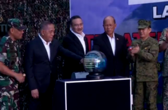 Indonesia's Defense Minister Ryamizard Ryacudu and Philippines's Secretary of National Defense Delfin Lorenzana at Trilateral Air Patrol launch event (Photo grabbed from Reuters video)