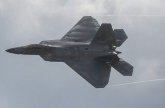 An F-22 Raptor does a fly-by during the airshow at Joint Andrews Air Base in Maryland on September 16, 2017. / AFP PHOTO / Andrew CABALLERO-REYNOLDS