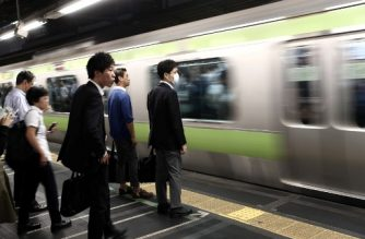 "In this picture taken on October 12, 2017, people wait for the train at a subway station in Tokyo. The news that a young reporter at Japan's public broadcaster had worked herself to death came as little surprise to those inside the country's media, where a culture of ""fighting spirit"" has led to excessively long hours. / AFP PHOTO / Behrouz MEHRI / TO GO WITH AFP STORY JAPAN-SOCIAL-LABOUR-MEDIA,FOCUS BY NATSUKO FUKUE"