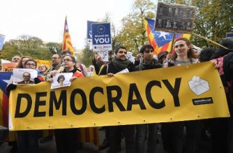 Protesters hold a banner during a demonstration by pro-Catalan independence supporters calling for the release of jailed separatist leaders on November 12, 2017, in Brussels. Spanish Prime Minister Mariano Rajoy will on November 12 visit Catalonia for the first time since Madrid imposed direct rule on the region, a day after hundreds of thousands of Catalans marched to demand the release of jailed regional officials. / AFP PHOTO / EMMANUEL DUNAND