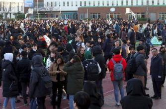 University students stand in an open space to take shelter after a 5.4-magnitude earthquake in the southeastern port city of Pohang on November 15, 2017. A rare 5.4-magnitude earthquake hit South Korea's southeast on the afternoon of November 15, the second most powerful quake on record in a country that seldom experiences significant tremors. / AFP PHOTO / YONHAP / str /  - South Korea OUT / REPUBLIC OF KOREA OUT  NO ARCHIVES  RESTRICTED TO SUBSCRIPTION USE