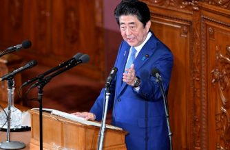 Japanese Prime Minister Shinzo Abe delivers his policy speech at the lower house of the parliament in Tokyo on November 17, 2017. / AFP PHOTO / Toshifumi KITAMURA
