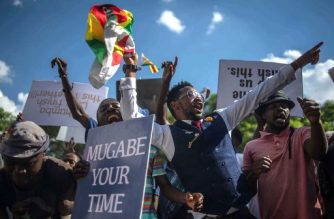 Zimbabweans shouts as they gather at Unity square opposite to the Parliament to protest against Zimbabwean President Robert Mugabe on November 21, 2017 in Harare. Zimbabwe's parliament prepared to start impeachment proceedings against President Robert Mugabe on November 21, as ousted vice president Emmerson Mnangagwa, who could be the country's next leader, told him to step down. Further street protests have been called in Harare, raising fears that the political turmoil could spill into violence. / AFP PHOTO / MUJAHID SAFODIEN