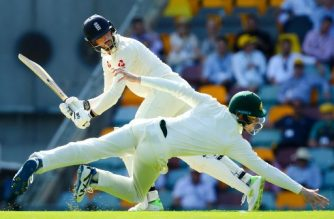 Australia's fielder Cameron Bancroft (R) dives as England's batsman James Vince (L) runs on the first day of the first cricket Ashes Test between England and Australia in Brisbane on November 23, 2017. / AFP PHOTO / Patrick HAMILTON / --IMAGE RESTRICTED TO EDITORIAL USE - STRICTLY NO COMMERCIAL USE--