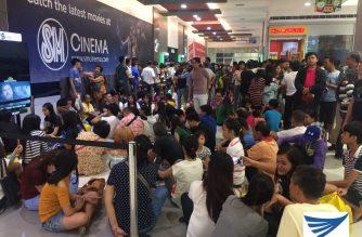 """Moviegoers ng """"Guerrero"""" matiyagang pumila at naghintay sa isang mall"""