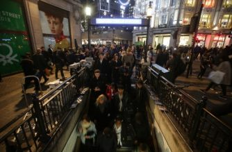 Commuters descend the stairs to catch the tube at Oxford Circus Station in central London on November 24, 2017, following an incident. / AFP PHOTO / Daniel LEAL-OLIVAS