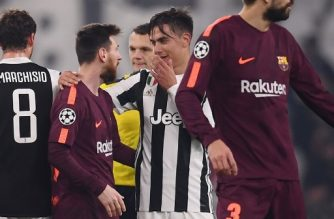 Juventus' forward from Argentina Paulo Dybala (C) speaks with Barcelona's Argentinian forward Lionel Messi at the end of the UEFA Champions League Group D football match Juventus Barcelona on November 22, 2017 at the Juventus stadium in Turin.  / AFP PHOTO / Marco Bertorello