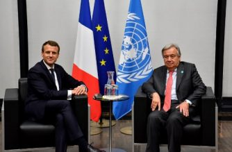 French President Emmanuel Macron (L) meets with UN Secretary-General Antonio Guterres for bilateral talks during the UN conference on climate change (COP23) on November 15, 2017 in Bonn, western Germany. / AFP PHOTO / John Macdougall