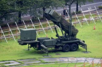 A PAC-3 surface-to-air missile launch system is seen in position at Japan's Defence Ministry in Tokyo on September 11, 2017.   Japan's prime minister on September 11 called for efforts to boost the country's defences in the face of North Korean provocation, warning that Tokyo needs to be able to protect itself.  / AFP PHOTO / Kazuhiro NOGI