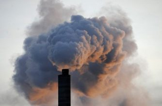 """(FILES) This file photo taken on January 2, 2009 shows shows heavy smoke billowing from the chimney of the Kraft paper factory in Pietarsaari.  Environment ministers from about 100 countries gather in Nairobi from December 4 to 6, 2017, to issue a clarion call against air, land and water pollution blamed for some nine million deaths in 2015. Ministers under the UN Environment Assembly (UNEA) will finalise a global declaration vowing to combat """"rampant pollution"""" as a growing threat to human life, economies and ecosystems.  / AFP PHOTO / Olivier MORIN"""