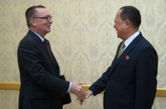 North Korean senior ruling party leader Ri Su-Yong (R) shakes hands with Jeffrey Feltman, the UN's under secretary general for political affairs, at Mansudae Assembly Hall in Pyongyang on December 7, 2017. Feltman's visit is the first by a UN diplomat of his rank since 2010. / AFP PHOTO / Kim Won-Jin