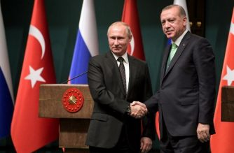 Turkish President Recep Tayyip Erdogan (R) shake hands with Russian President Vladimir Putin after their joint press conference at the Presidential Complex in Ankara on December 11, 2017. / AFP PHOTO / Sputnik / Alexei Druzhinin