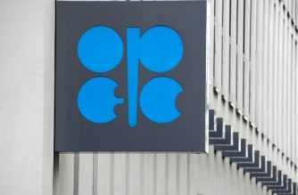 The Organization of the Petroleum Exporting Countries (OPEC) logo is pictured at OPEC's headquarters in Vienna, on September 22, 2017. / AFP PHOTO / JOE KLAMAR