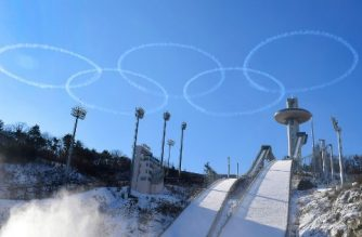 In a photo taken on January 10, 2018 members of the South Korean air force Black Eagle aerobatic team perform above the ski jump venue of the Pyeongchang 2018 winter Olympics, in Pyeongchang. / AFP PHOTO / YONHAP / YONHAP /  - South Korea OUT / REPUBLIC OF KOREA OUT  NO ARCHIVES  RESTRICTED TO SUBSCRIPTION USE