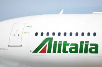 A plane of Italian airline Alitalia is pictured on the tarmac of Rome Fiumicino airport on September 6, 2017 in Fiumicino. / AFP PHOTO / Andreas  Solaro