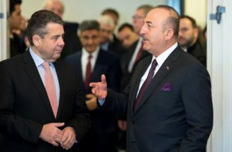 German Foreign Minister Sigmar Gabriel (L) talks with his Turkish counterpart Mevlut Cavusoglu during his visit on January 6, 2018 in Goslar, central Germany. Germany, home to a three-million-strong ethnic Turkish community, and Turkey try to end a festering crisis. / AFP PHOTO / POOL / Swen Pförtner