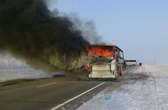 A handout picture provided by the Kazakh emergency situations ministry on January 18, 2018 shows a charred bus on a road in the region around the city of Aktobe. / AFP PHOTO / Kazakhstan's emergency situations ministry / HO