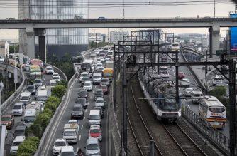 (FILE) This general shot shows vehicles stuck in traffic in Manila on December 14, 2017.  / AFP PHOTO / NOEL CELIS