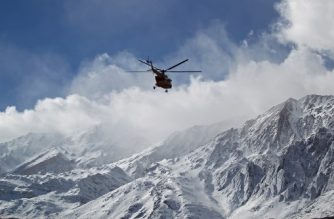 """A handout picture released on February 19, 2018 by the Tasnim news agency shows members of a rescue team helicopter searching for the wreckage of Aseman Airlines flight EP3704 in Iran's Zagros mountain range. Iranian rescue teams battled severe weather Monday as they searched for a passenger plane that disappeared high in the Zagros mountains the previous day with 66 people on board.  / AFP PHOTO / TASNIM NEWS / ALI KHODAEI / RESTRICTED TO EDITORIAL USE - MANDATORY CREDIT """"AFP PHOTO / HO / TASNIM NEWS"""" - NO MARKETING NO ADVERTISING CAMPAIGNS - DISTRIBUTED AS A SERVICE TO CLIENTS"""