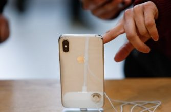 A customer touches the screen of the new iPhone X at the Apple Store Union Square on November 3, 2017, in San Francisco, California. Apple's flagship iPhone X hits stores around the world as the company predicts bumper sales despite the handset's eye-watering price tag, and celebrates a surge in profits. / AFP PHOTO / Elijah Nouvelage