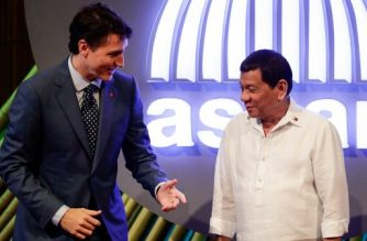 Canadian Prime Minister Justin Trudeau (L) talks to Philippine President Rodrigo Duterte (R) before the opening ceremony of the 31st Association of Southeast Asian Nations (ASEAN) Summit in Manila on November 13, 2017.  World leaders are in the Philippines' capital for two days of summits.  / AFP PHOTO / AFP PHOTO AND POOL / Mark R. CRISTINO