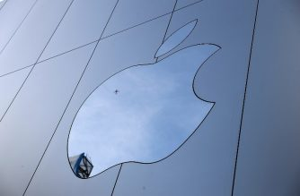 (FILE) The Apple logo is displayed on the exterior of an Apple Store on February 1, 2018 in San Francisco, California.  Justin Sullivan/Getty Images/AFP