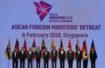 Foreign ministers pose for a group photo at the Association of Southeast Asian Nations (ASEAN) Foreign Ministers' Meeting retreat in Singapore on February 6, 2018. / AFP PHOTO / ROSLAN RAHMAN