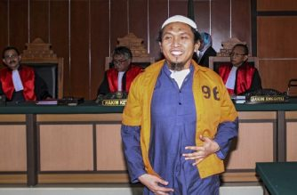 Indonesian Suryadi Mas'ud (front) walks in the court room prior to his trial in Jakarta on February 6, 2018.  An Indonesian court on February 6 jailed an Islamist militant for ten years for buying a cache of firearms from the Philippines' biggest Muslim rebel group for attacks on home soil. Mas'ud, 45, was found guilty of a range of offences —- including planning a terrorist act and procuring weapons —- by a panel of three judges at the West Jakarta district court.  / AFP PHOTO / AZQA HARUN