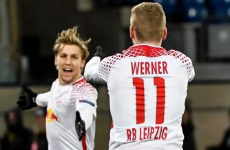 Leipzig's German forward Timo Werner (R) celebrates with teammate Leipzig's Swedish midfielder Emil Forsberg after scoring a goal during the UEFA Europa League football match between Napoli and Leipzig, on February 15, 2018 at San Paolo stadium in Naples.  / AFP PHOTO / Andreas Solaro