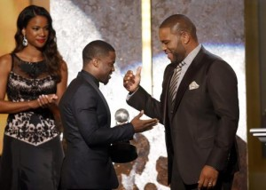 Show host Anthony Anderson presents the entertainer of the year award to actor Kevin Hart (C) during the 45th NAACP Image Awards in Pasadena, California February 22, 2014. Credit: Reuters/Danny Moloshok