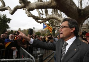 Catalonia's President Artur Mas waves to supporters after voting in the regional parliament to send a petition for referendum to the national parliament, in Barcelona, January 16, 2014. CREDIT: REUTERS/ALBERT GEA