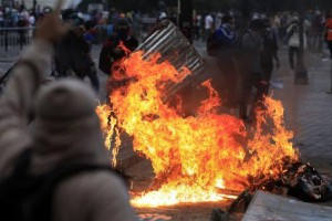 Anti-government protesters erect a fiery barricade during clashes with police at Altamira square in Caracas March 6, 2014. Credit: Reuters/Tomas Bravo