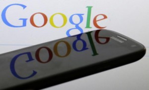 A Google logo is reflected on the screen of a Samsung Galaxy S4 smartphone in this file photo illustration taken in Prague January 31, 2014. Credit: Reuters/David W Cerny/Files