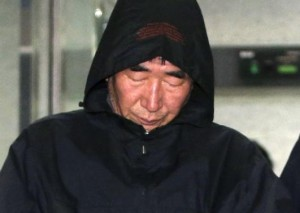 """Lee Joon-Seok, 69, captain of South Korean ferry """"Sewol"""" which sank at sea off Jindo, walks out of court after an investigation in Mokpo April 19, 2014.  The captain admitted he was among the first to leave the ship when it started sinking, leaving behind the ferry's passengers who were mostly high school students. CREDIT: REUTERS/YONHAP"""