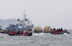 South Korean rescue workers operate near floats where capsized passenger ship Sewol sank last Wednesday, in the sea off Jindo April 22, 2014. The crew of the South Korean ferry that sank with hundreds of people on board repeatedly asked officers on the bridge whether or not to give the order to abandon ship, but there was no response, a crew member has said.   REUTERS/Kim Kyung-Hoon
