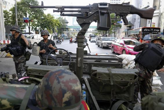 Thai soldiers take their positions in the middle of a main intersection in Bangkok's shopping district May 20, 2014. Thailand's army declared martial law on Tuesday to restore order after six months of anti-government protests which have left the country without a proper functioning government, but the move did not constitute a coup, military officials said.  REUTERS/Damir Sagolj