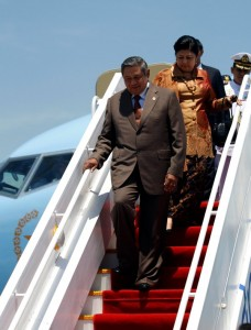 President of the Republic of Indonesia His Excellency Dr. Susilo Bambang Yudhoyono and Mrs. Ani Bambang Yudhoyono arrive at the Bulwagang Kalayaan, Villamor Air Base in Pasay City on Thursday. President Yudhoyono is in Manila for a state visit and to attend the World Economic Forum on East Asia (WEF-EA). MALACANANG PHOTO BY MARCELINO G. PASCUA)