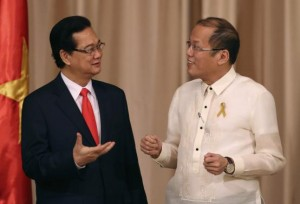 Philippines' President Benigno Aquino gestures as he talks to Vietnam's Prime Minister Nguyen Tan Dung (L) after a joint news conference at the Malacanang Presidential Palace in Manila May 21, 2014. REUTERS/Aaron Favila/Pool