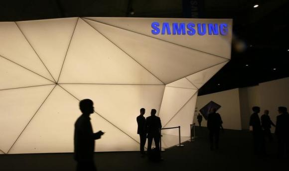 Visitors walk past the Samsung stand at the Mobile World Congress in Barcelona February 24, 2014. CREDIT: REUTERS/GUSTAU NACARINO