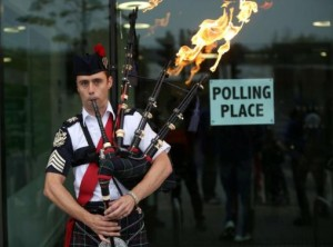Ryan Randall plays the bagpipes outside a polling station in Edinburgh, Scotland September 18, 2014. REUTERS/Paul Hackett