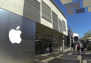 An Apple retail store is shown at a shopping mall in San Diego, California September 10, 2014. Credit: Reuters/Mike Blake