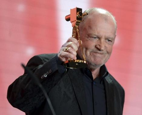 British singer Joe Cocker speaks after receiving the trophy for Category 'lifetime achievement award music' during the 48th Golden Camera award ceremony in Berlin, February 2, 2013.  REUTERS/Maurizio Gambarini/Pool