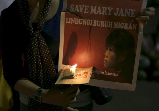 Activists hold a candlelight vigil for Philippine death row prisoner Mary Jane Veloso outside the presidential palace in Jakarta, Indonesia April 27, 2015. REUTERS/Darren Whiteside