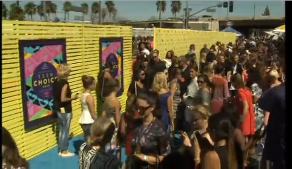 Ellen deGeneres, Ludacris, Rita Ora, and Austin Mahone walk red carpet at Teen Choice Awards.