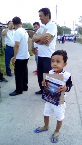 Iglesia Ni Cristo kids also gave Pasugo magazines to their neighbors. (Eagle News Service)