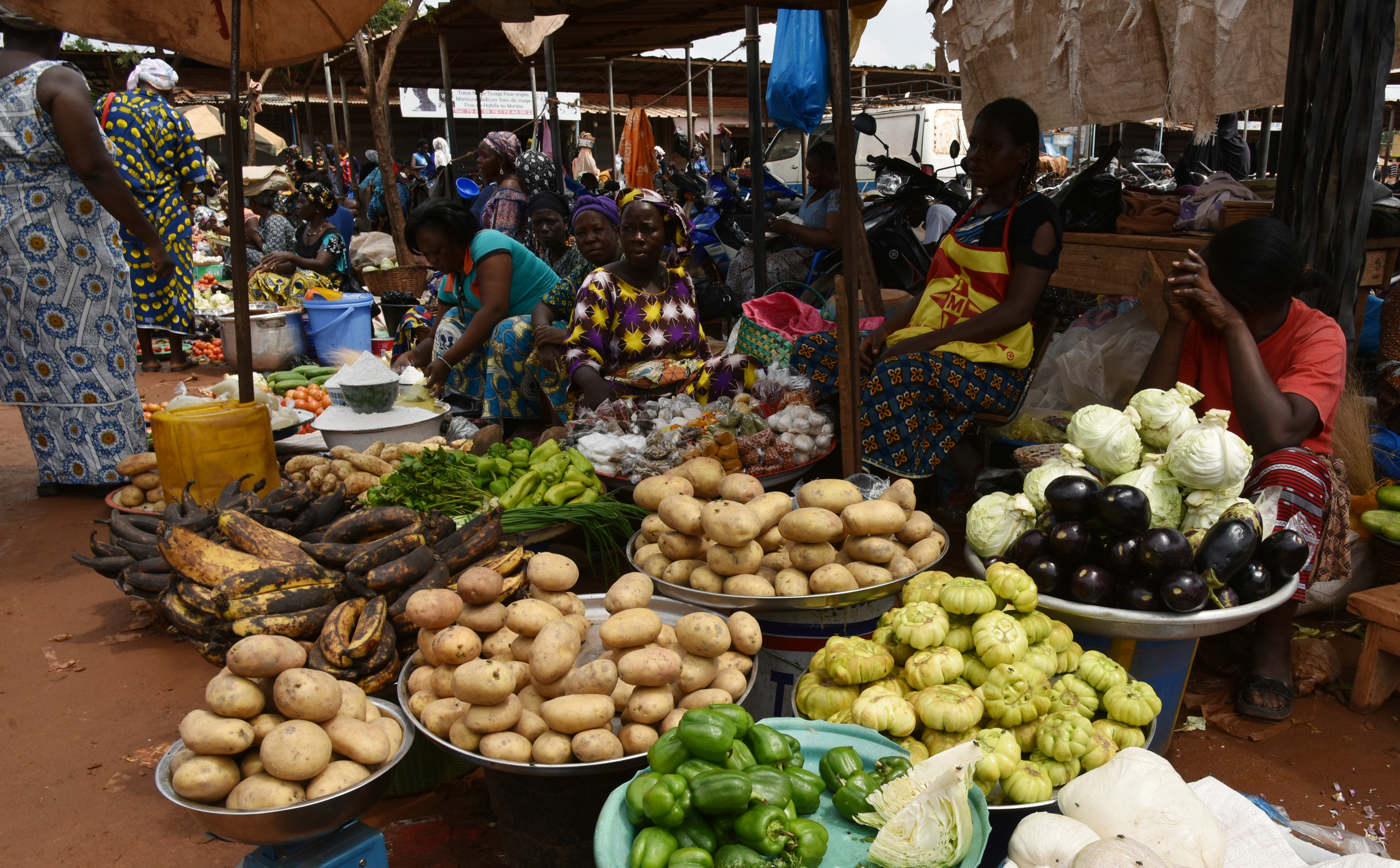 Fruit and vegetables merchants are pictured in a market of market of Ouagadougou, on September 21, 2015. AFP PHOTO / SIA KAMBOU / AFP / SIA KAMBOU