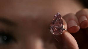 A large vivid pink diamond is expected to sell for more than $30 million at auction(photo grabbed from Reuters video)