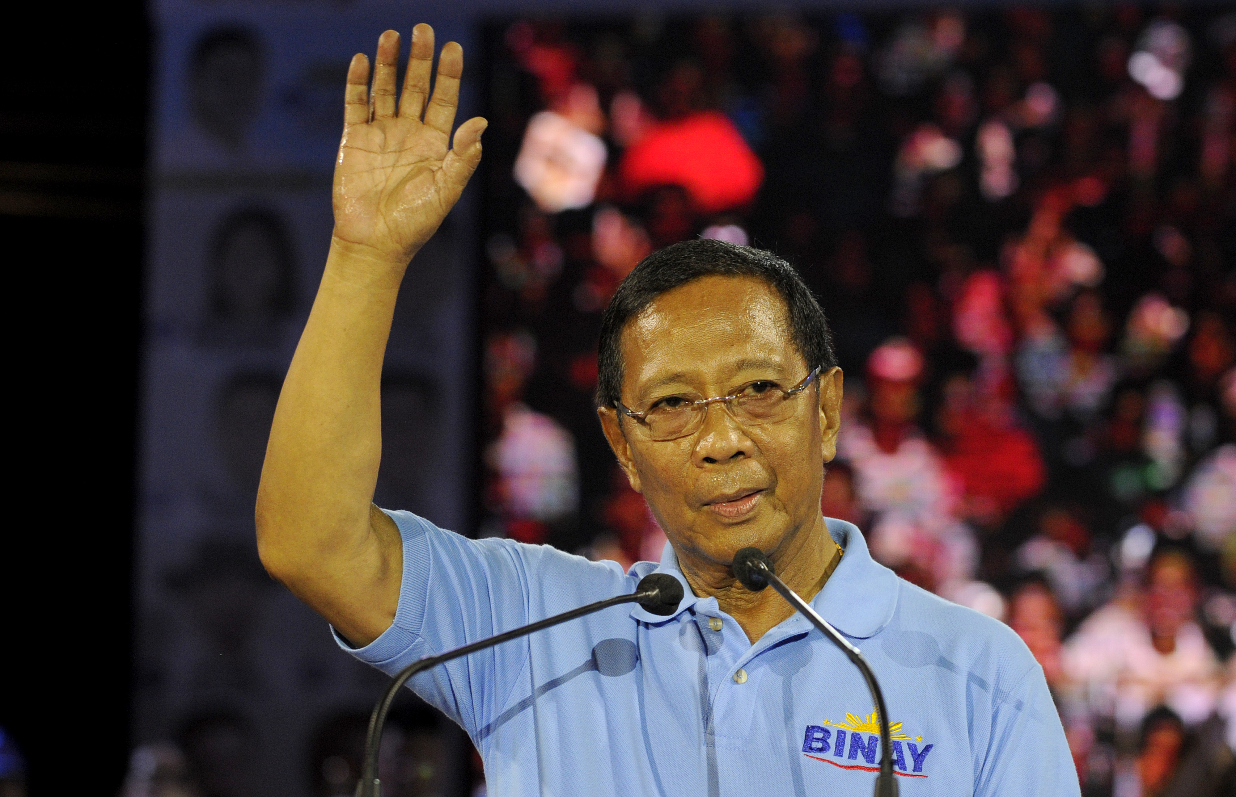 Presidential candidate and Vice President Jejomar Binay speaks to supporters during his Miting De Avance in Manila on May 7, 2016.  Philippine President Benigno Aquino warned May 7 the frontrunner in the race to replace him carried similar dangers to Hitler and would bring terror to the nation. / AFP PHOTO / NOEL CELIS