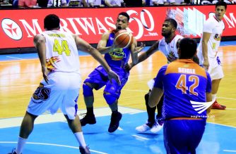 TNT Ka Tropa Jayson Castro (17) assist to Danny Seigle (42) against to Rain Or Shine E -lasto Painters of 2016 OPPO PBA Governors Cup